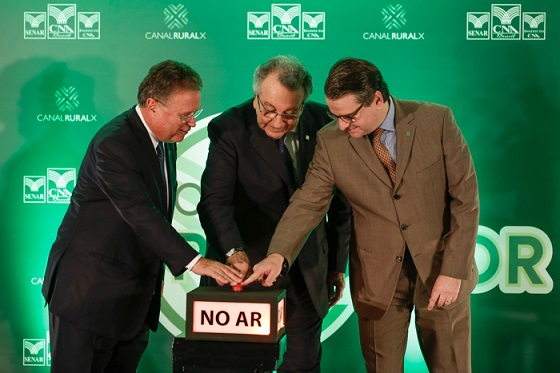 Blairo Maggi, João Martins e Donário de Almeida acionam simbolicamente o início das operações do Canal do Produtor TV