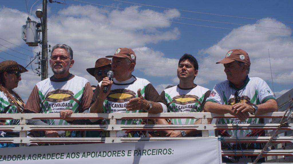 Homenageados ao lado do presidente do Sindicato Rural Vanildo Pereira (ao centro com microfone)