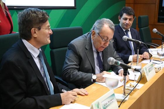 Presidente da CNA e do Conselho Deliberativo do SENAR, João Martins, e representante da FAO assinam termo de parceria do PRADAM.