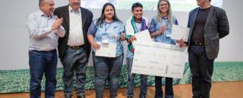 Os três vencedores do CNA Jovem com o ex-ministro da Agricultura Roberto Rodrigues (à esquerda), o presidente da FAEG, José Mário Schreiner, e o secretário executivo do SENAR, Daniel Carrara