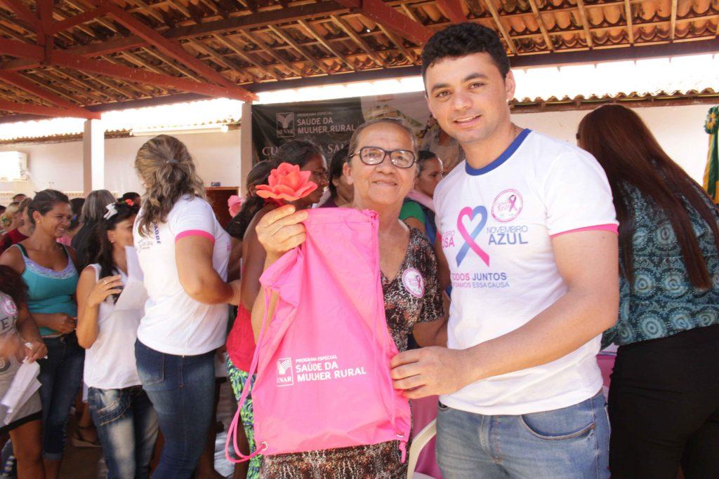 Presidente do Sindicato Rural entrega kit a mulher atendida pela ação do SENAR