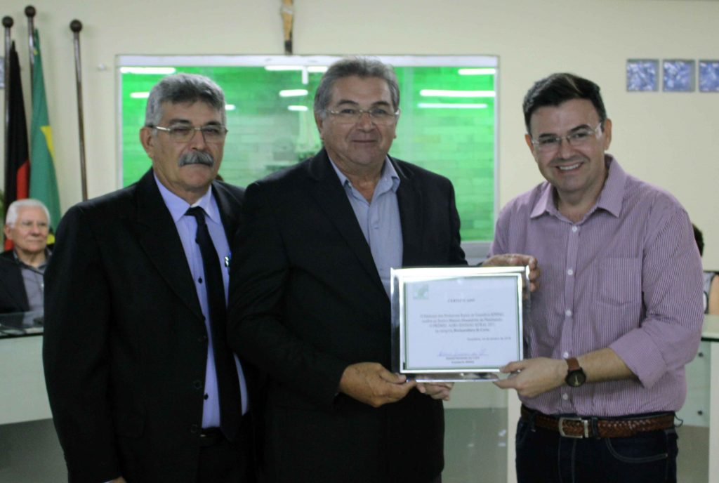 Presidente do Sinpag, Rubens Fernandes, produtor rural homenageado, Manoel Alexandrino e o deputado estadual Raniery Paulino